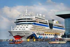 Toeristengroeten die op cruiseschip van de haven van AMS vertrekken Stock Afbeelding