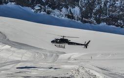 Toeristenhelikopter die op de gletsjer landen royalty-vrije stock fotografie