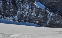 Toeristenhelikopter die op de gletsjer landen stock foto's