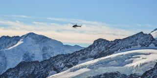 Toeristenhelikopter die op de gletsjer landen stock foto