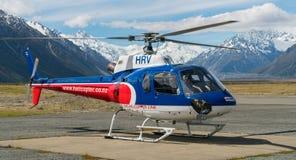 Toeristenhelikopter die voorbereidingen treffen op te stijgen royalty-vrije stock afbeeldingen