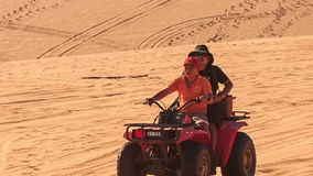 Toeristeninstructeur Drive Quad in Witte Zandduinen stock videobeelden
