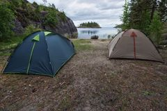 Toeristenkamp bij de rivier of meerbank stock afbeeldingen
