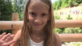 Toeristenkind die, Kinderen in Bergenreizen, Excursiesweergeven 4K vaarwel golven stock footage