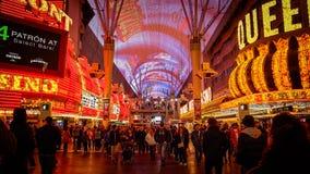 Toeristenkruis de Weg bij Freemont-Straat bij Nacht in Las Vegas Stock Afbeelding