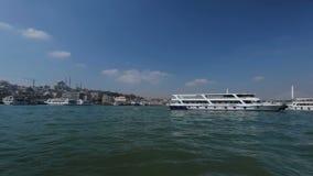 Toeristenkruisers die dichtbij pijler, grote oriëntatiepunten varen van Istanboel, schitterende mening stock videobeelden