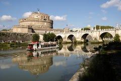 Toeristenlancering die de Rivier Tiber, Rome kruisen royalty-vrije stock afbeelding