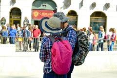 Toeristenman en vrouw met rugzakken, achtermening royalty-vrije stock foto's