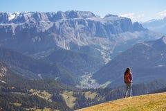 Toeristenmeisje bij het Dolomiet Stock Foto