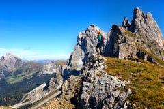 Toeristenmeisje bij het Dolomiet stock fotografie