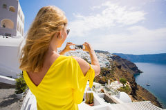 Toeristenmeisje die beeld met smartphone in mooie Santorini nemen royalty-vrije stock foto