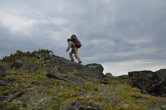 Toeristenmeisje die langs de rand lopen Stock Foto's