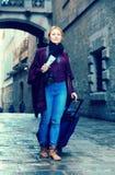 Toeristenmeisje die met de reiszak lopen stock fotografie