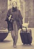 Toeristenmeisje die met de reiszak lopen royalty-vrije stock foto