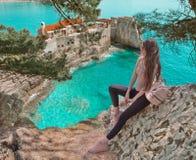 Toeristenmeisje die Montenegro bezoeken Reiziger die Oude Vene bezienswaardigheden bezoeken stock afbeelding