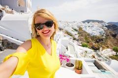 Toeristenmeisje die selfie in mooi Santorini-eiland nemen royalty-vrije stock fotografie
