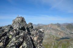 Toeristenmeisje die vanaf de bovenkant van de klip van de berg r kijken Stock Afbeeldingen