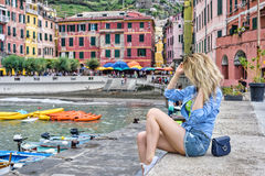 Toeristenmeisje in Italiaanse riviera van Vernazza Cinque terre Overzeese en bergmening Cinqueterre Ligurië Stock Afbeelding