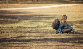 Toeristenmeisje met rugzak die een onderbreking nemen Stock Afbeeldingen