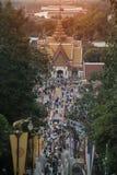 Toeristenmenigte in de dag van Tak Bat Devo en Chak Phra Festivals-in Wat Sangkas Ratanakhiri-tempel stock fotografie