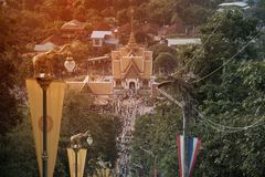 Toeristenmenigte in de dag van Tak Bat Devo en Chak Phra Festivals-in Wat Sangkas Ratanakhiri-tempel royalty-vrije stock afbeelding
