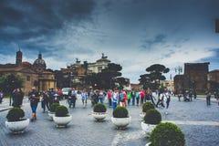 Toeristenmenigten in het de stadscentrum van Rome royalty-vrije stock afbeeldingen
