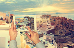 Toeristenmens die beeld met aanrakingsstootkussen nemen in Oia stad op Santorini-eiland royalty-vrije stock foto