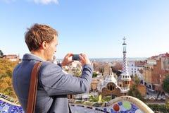 Toeristenmens die foto in Park Guell, Barcelona nemen stock afbeeldingen