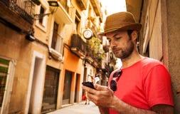 Toeristenmens die mobiele telefoon bekijken - de zomervakantie Stock Foto's