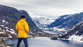 Toeristenmens die zich door Djupvatnet meer, Noorwegen bevinden Royalty-vrije Stock Foto