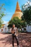 Toeristenmens met camera die zich vooraan de tempel van de og Thaise pagode bevinden Royalty-vrije Stock Foto's