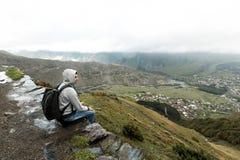 Toeristenmens met een rugzak tegen de Bergen van de Kaukasus stock foto