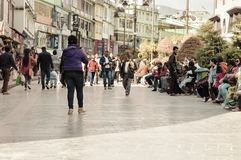 Toeristenmensen die op Kerstmisvakantie ontspannen in de bezige straat van MG Marg stock foto