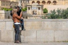 Toeristenpaar in Cordoba voor de Poort van de Brug en de Moskee stock afbeelding