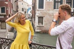 Toeristenpaar die beelden in Venetië nemen royalty-vrije stock foto