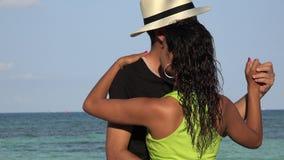 Toeristenpaar die door Oceaan dansen stock video