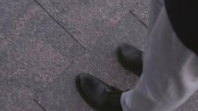 Toeristenpaar die rond de stad, de beweging lopen van de benen van twee mensen op een marmeren bestrating stock videobeelden