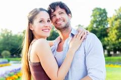Toeristenpaar die in stadspark in liefde koesteren Stock Afbeelding