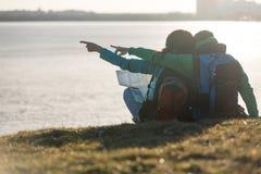 Toeristenpaar die water bekijken Royalty-vrije Stock Foto's