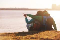 Toeristenpaar die water bekijken Stock Fotografie