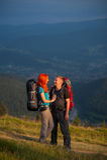 Toeristenpaar met rugzakken op de weg in de bergen Royalty-vrije Stock Fotografie