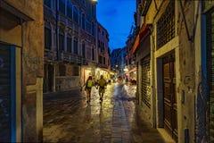 Toeristenpaar op de nachtstraten van Venetië stock foto