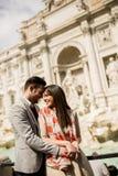 Toeristenpaar op reis door Trevi Fontein in Rome royalty-vrije stock afbeeldingen
