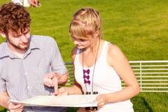 Toeristenpaar in stad gelezen kaart Royalty-vrije Stock Afbeelding