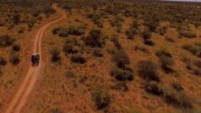 Toeristenreis door auto in de savanne van Namibië stock footage