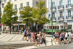 Toeristenreis door Historische Tram in Vierkant van Luis de Camoes Of Downtown Lisbon-Stad royalty-vrije stock afbeelding