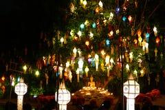 Toeristenreis om kleurrijke document lantaarn en monniksceremonie i te zien Stock Afbeeldingen