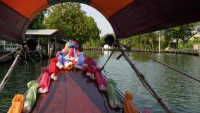 Toeristenreis op Aziatisch kanaal Weergeven van kalm kanaal en woonhuizen van verfraaide traditionele Thaise boot tijdens stock video