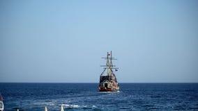 Toeristenreis op een piraatschip stock video