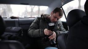 Toeristenritten in taxis De man in de taxi zet flits op uw camera stock video